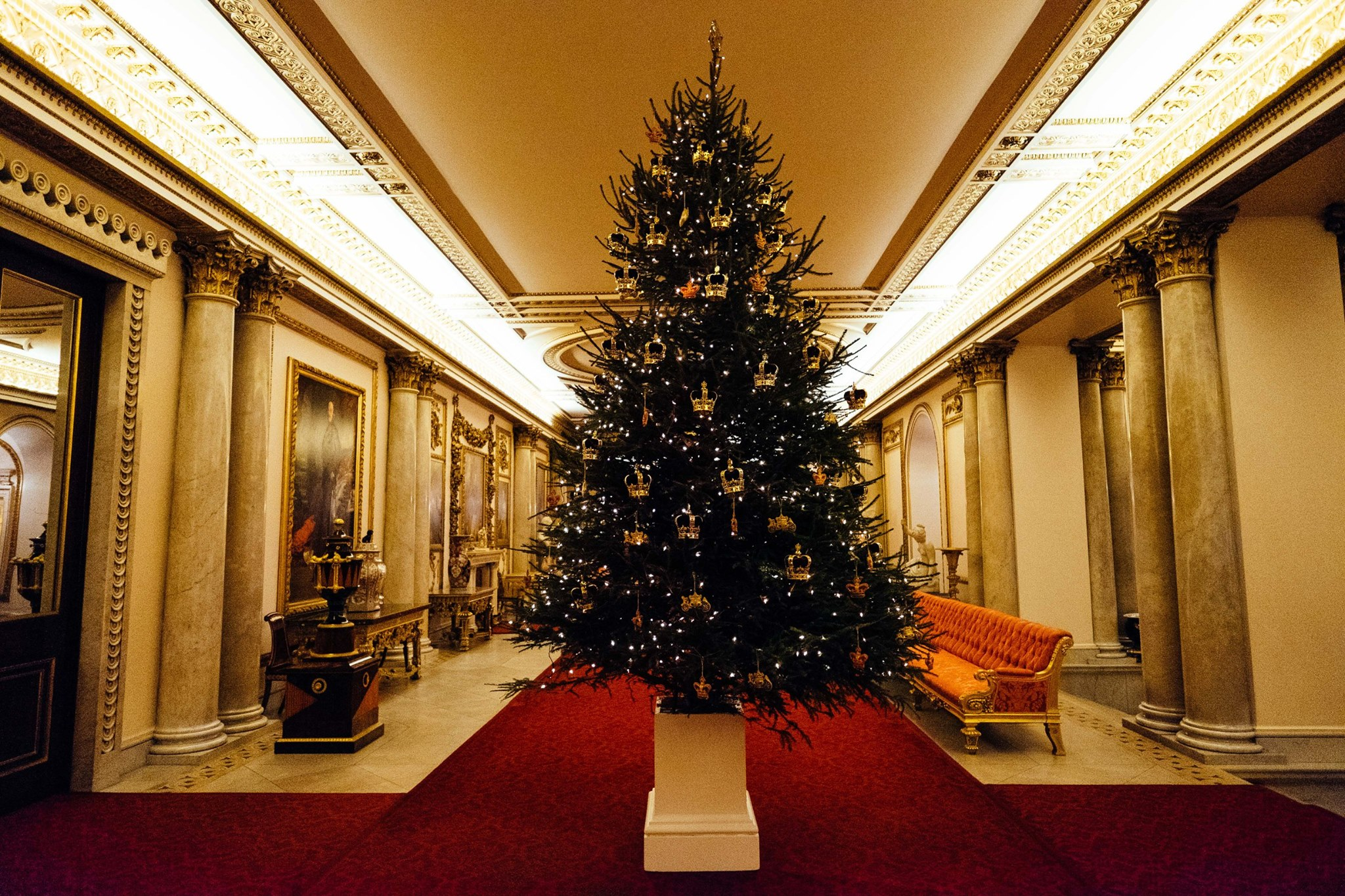 Take a look inside Buckingham Palaces at the Queen's ...