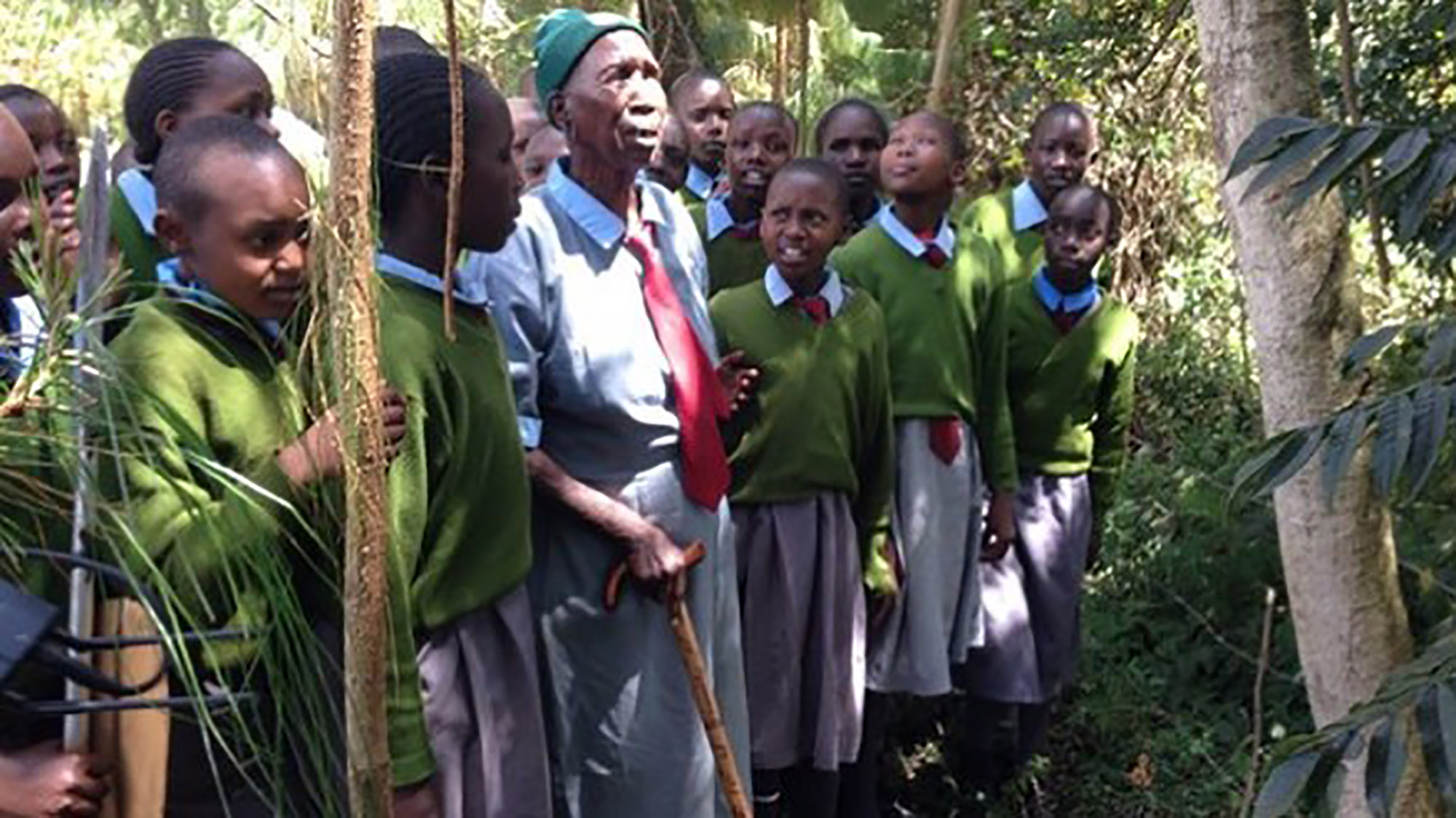 90-year-old woman goes to school to learn to read and write with her great-great-grandchildren