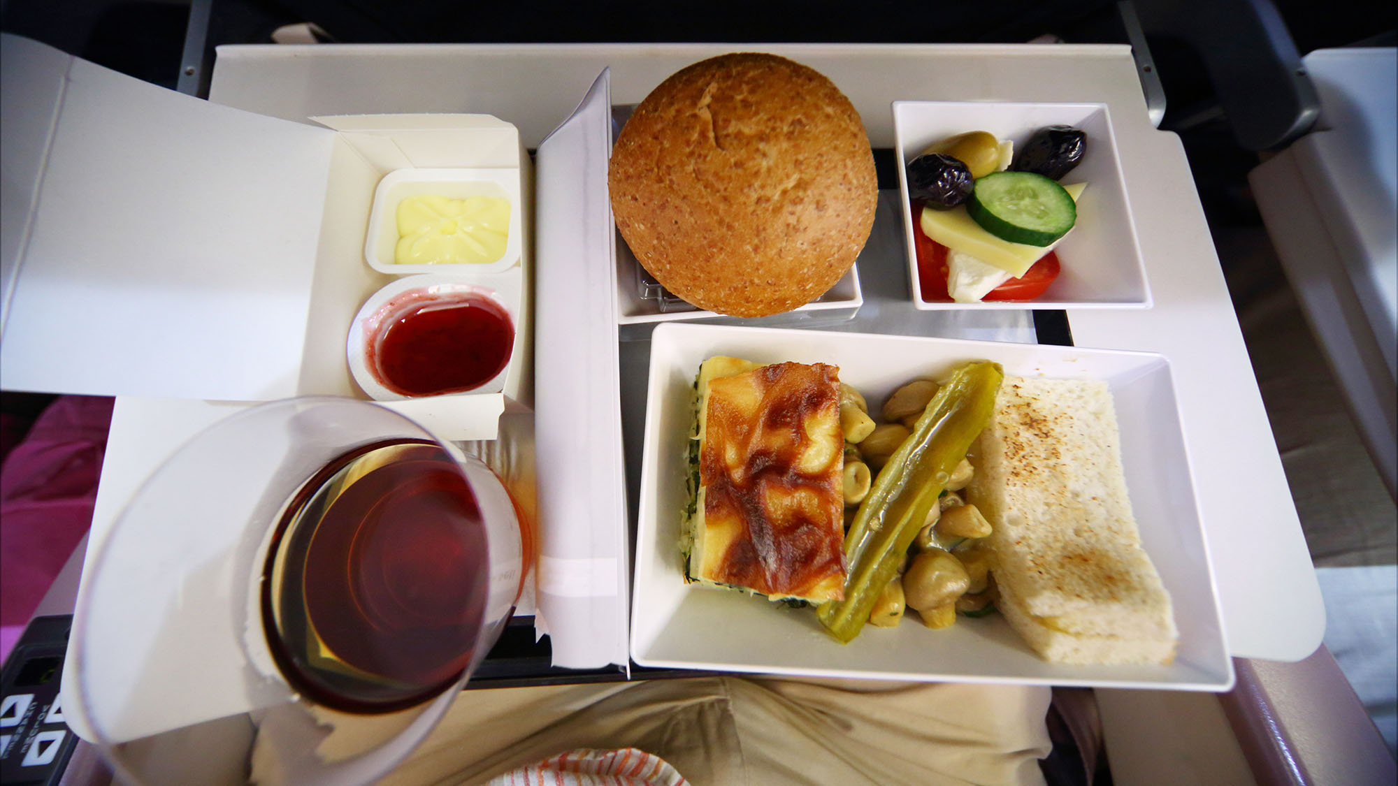 The real reason plane food doesn't taste great