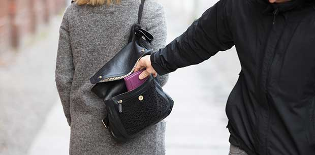 5 signs you're about to be pickpocketed