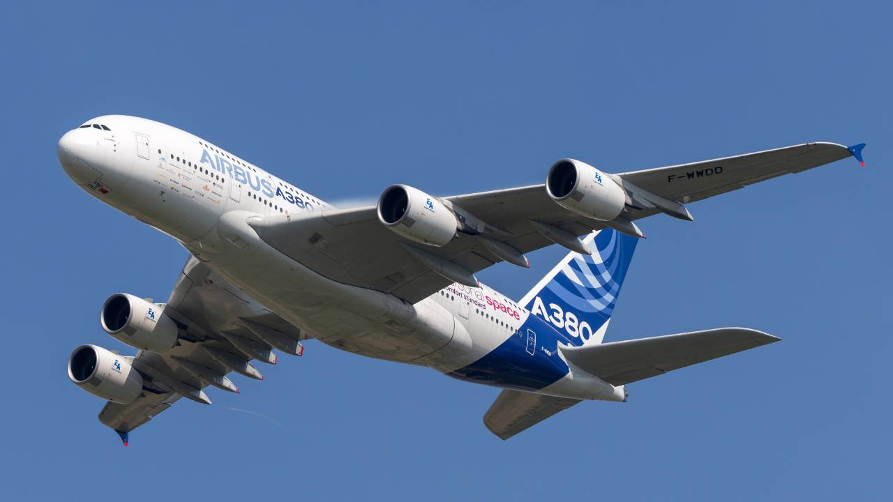 Mother forgets baby at airport – plane forced to turn around mid-flight