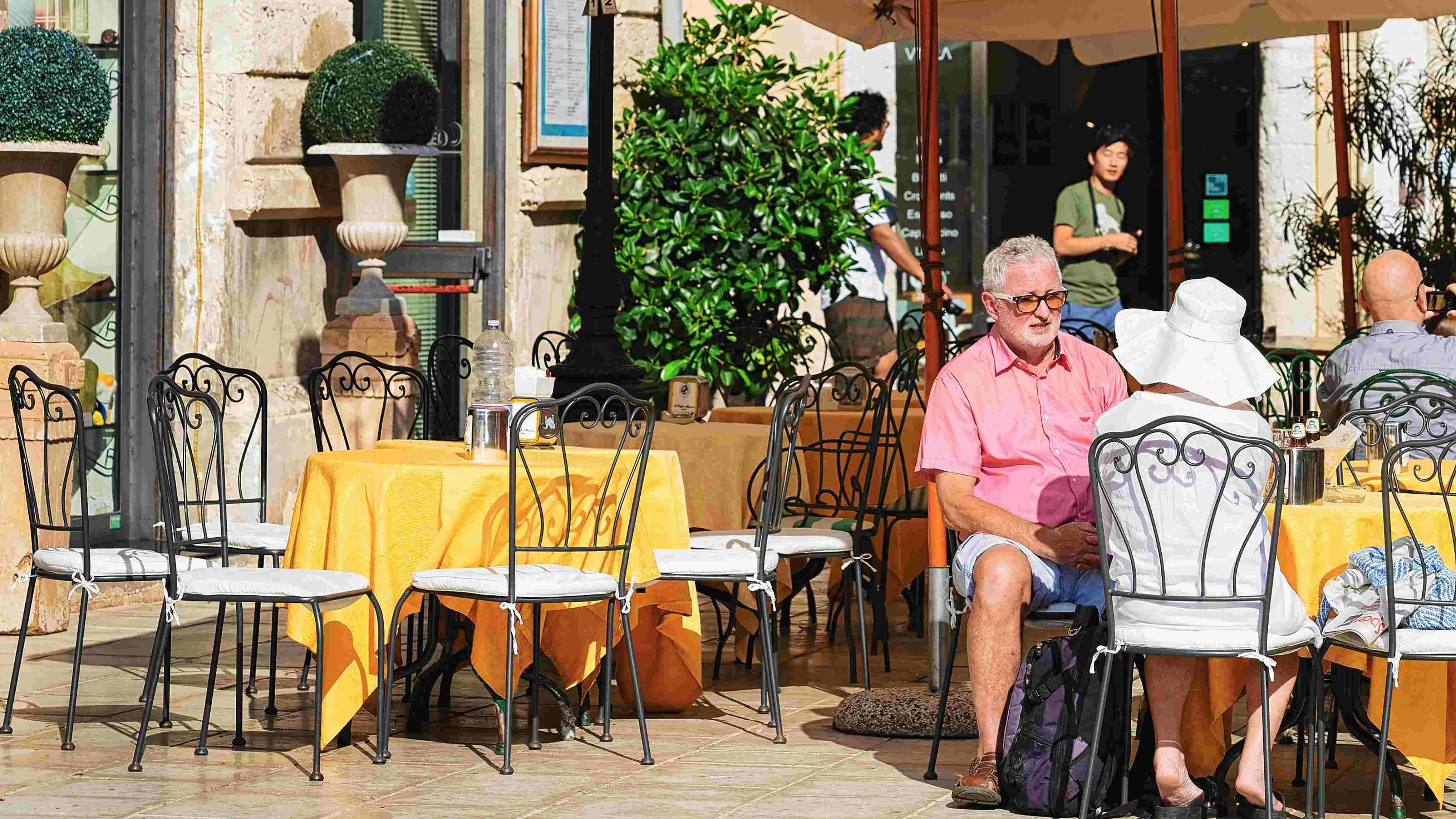 Cop crackdown: Greek restaurants slammed for ripping off tourists
