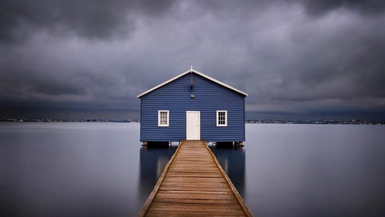 """Tourists unimpressed as iconic """"blue boat house"""" in Perth undergoes a change of colour"""