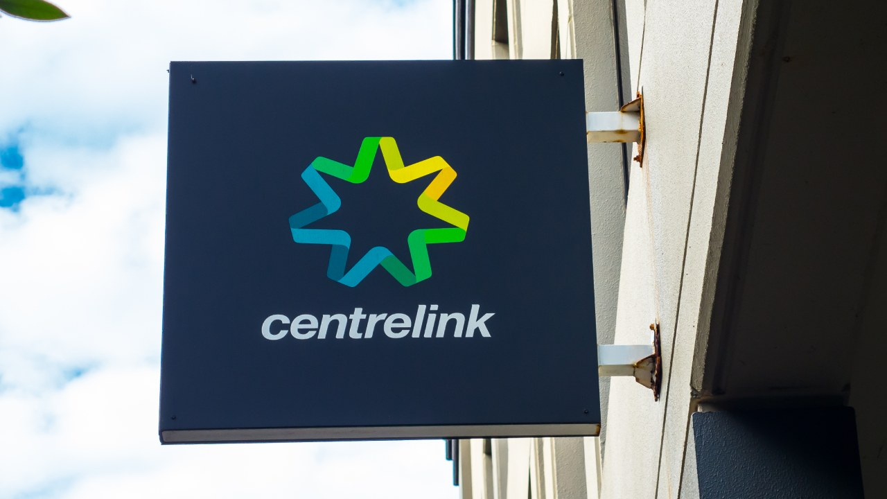 """""""This is incompetence"""": Centrelink payment glitch costs Aussies thousands"""