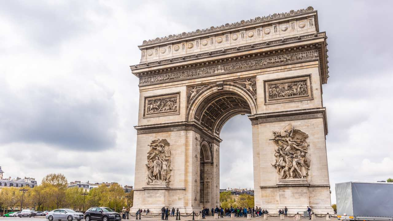 """""""They can be very noisy and even dirty"""": Parisians are sick of mass tourism"""