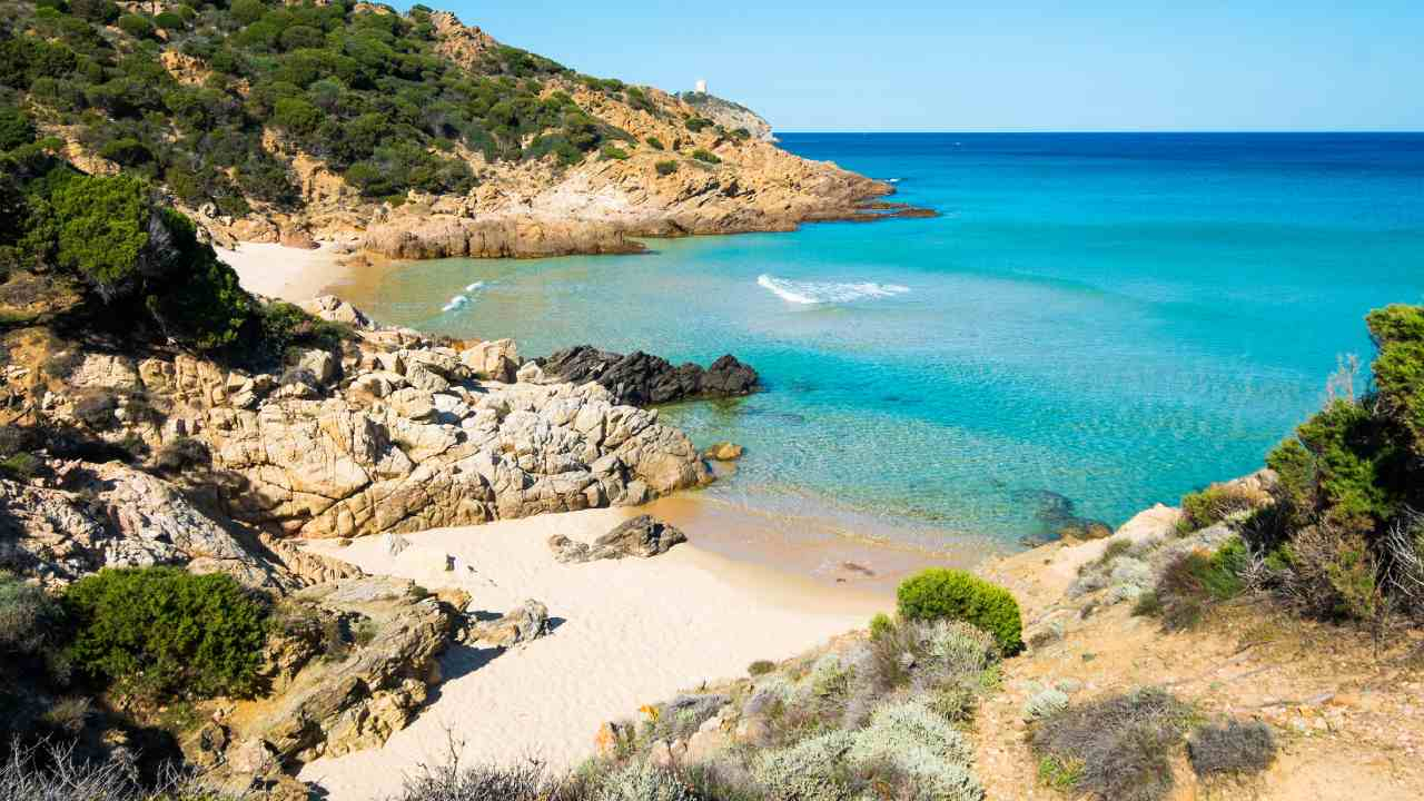 Tourists face jail time over sand theft