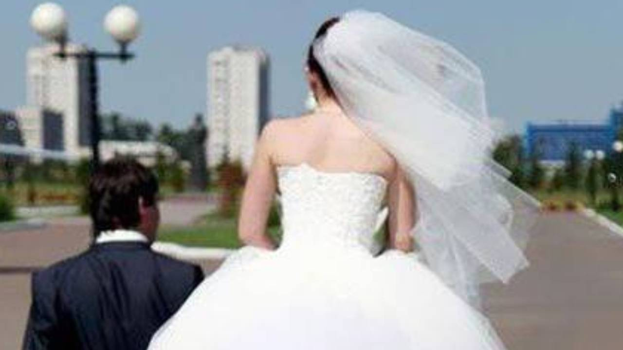Hilarious wedding photo goes viral after unfortunate angle