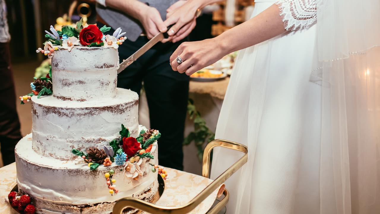 Bride asks guest to pay for second piece of wedding cake
