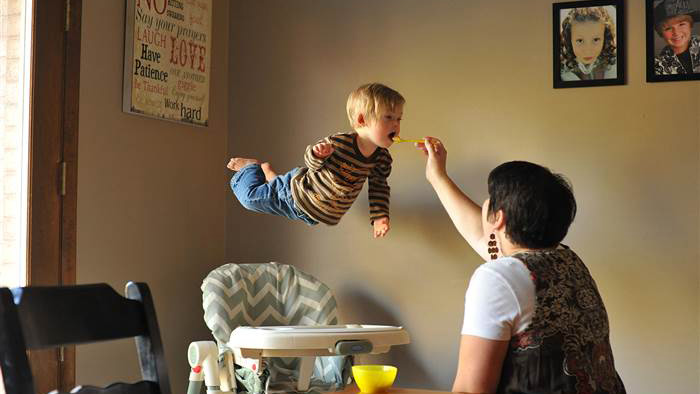"""Father takes beautiful photos of his son with Down syndrome """"flying"""""""